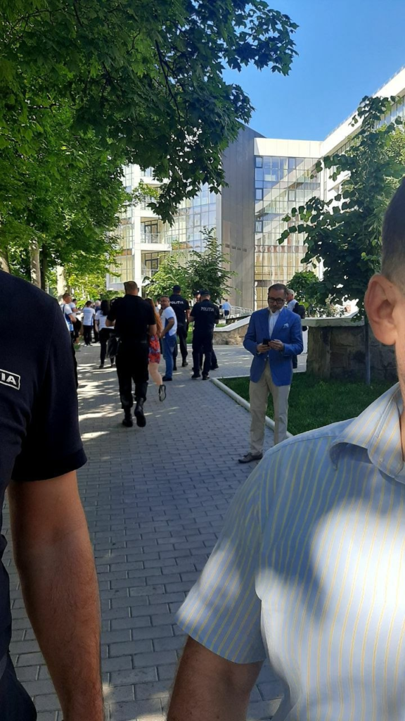 FOTO// Deputatul penal Cristian Rizea protestează alături de Renato Usatîi la Curtea de Apel
